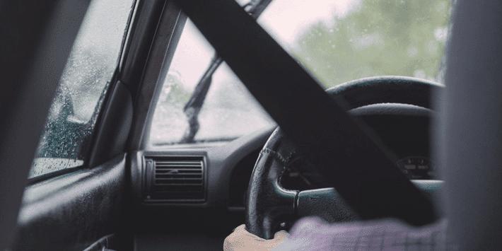 Conducteur roule sous la pluie : assurance voiture pour intempéries